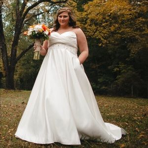 Beautiful Strapless Bridal Gown With Pockets!